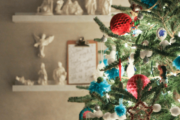 the holiday season is crazy enough, simplify Christmas and the holiday season with these 7 simple tips.