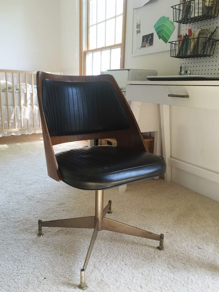 $10 for this MCM chair?! Click to see more rummage sale finds.