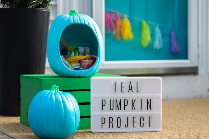 Food free Halloween Ideas! Teal Pumpkin Project Treat Bowl #tealpumpkinproject