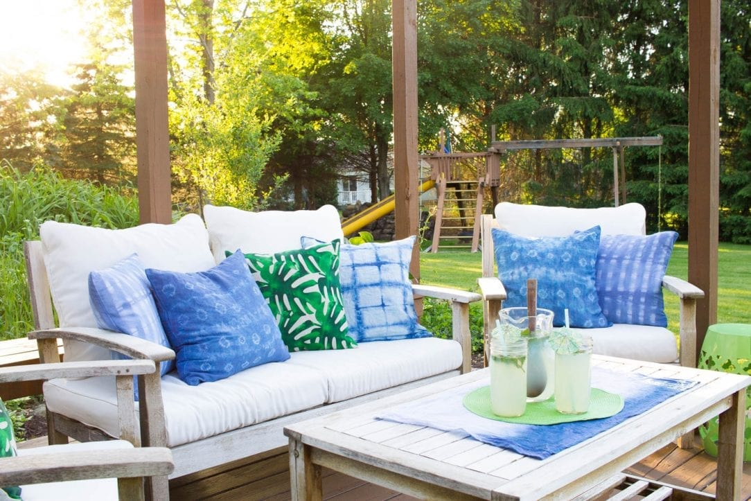 Amazing DIY shibori pillow covers refresh this outdoor living space